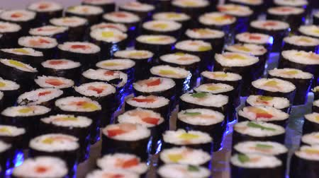 васаби : Sushi laid out in a row