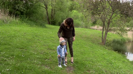 sorridente : Mom walks with her little son