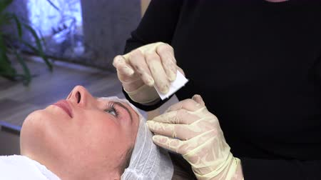 işaretler : Young girl doing microblading procedure