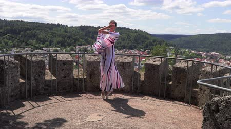 flexibilidade : Ballerina dancing on the street on the ruins of an ancient castle Stock Footage