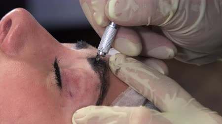 маркировка : Young girl doing microblading procedure