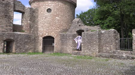 baletnica : Ballerina dancing in nature near the ruins of an ancient castle