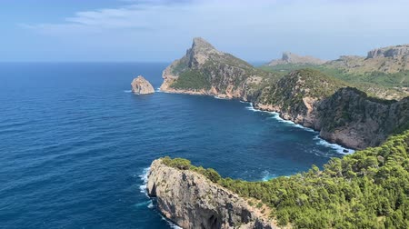 costa azzurra : blue bay in the mountains of Mallorca Filmati Stock