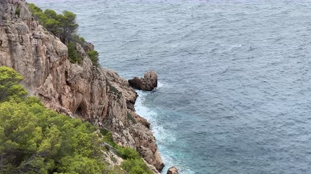 Майорка : rocky cliffs in a bay in Mallorca