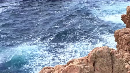 Майорка : waves beat against rocks in a bay in Mallorca Стоковые видеозаписи