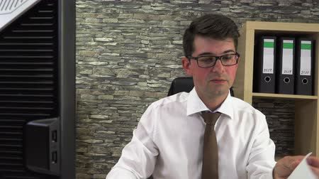 controleur : Accountant prepares and goes through documents Stockvideo