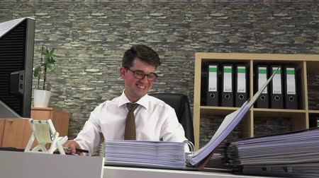 faktura : Accountant prepares and goes through documents Dostupné videozáznamy