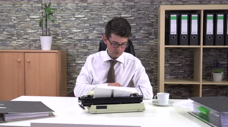 antiquado : secretary is typing at a table with a cup of coffee in the workplace Stock Footage