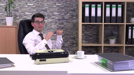 strojopis : The writer does not know what to write on a typewriter Dostupné videozáznamy