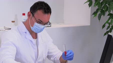 üreten : young male lab worker in the workplace