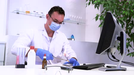хлорофилл : Laboratory assistant man examines materials