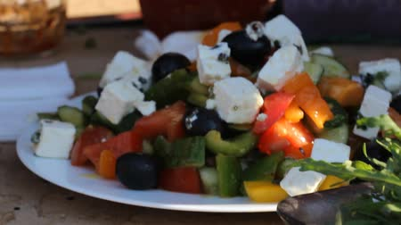 olivy : Greek salad of fresh cucumber, tomato, sweet pepper, lettuce, red onion, feta cheese and olives with olive oil. Healthy food, Dostupné videozáznamy