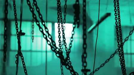 catástrofe : A lot of chins in the location. Room full of chains. Chains in dark space