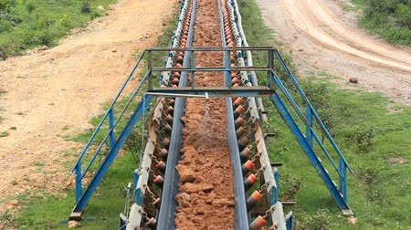 ремень : conveyor belt transporting soil