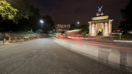londra : LONDON, ENGLAND - JULY 01: Time-lapse view of Wellington Arch at night on July 01, 2010 in London, England
