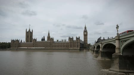 парламент : LONDON, ENGLAND - JULY 01: Houses of Parliament time-lapse on July 01, 2010 in London, England