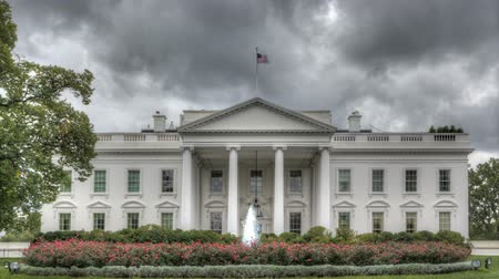 prezident : The White House with dark clouds in HDR