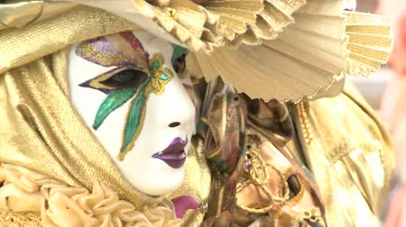 kostüm : Disguised couple with golden costumes at Venice Carnival