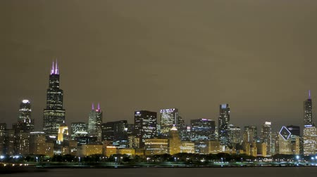 hochhäuser : Timelapse von Chicago Skyline View from Lake Michigan pan-Schuss in der Nacht Videos