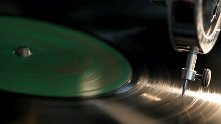 gravar : Close-up needle of a vintage gramophone playing a record Stock Footage