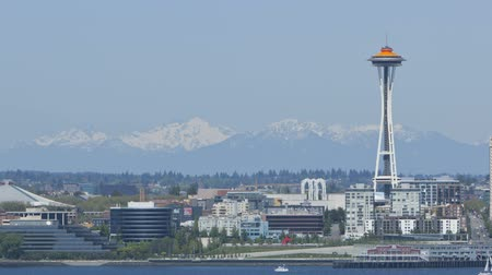 лифт : Timelapse of Seattle Space Needle with Mountains in the Background.