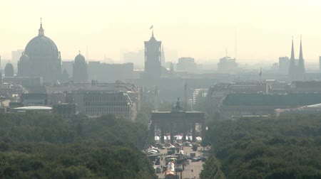 vista frontal : Aerial View of Berlin Skyline with the Tiergarten Park in the front on a foggy day