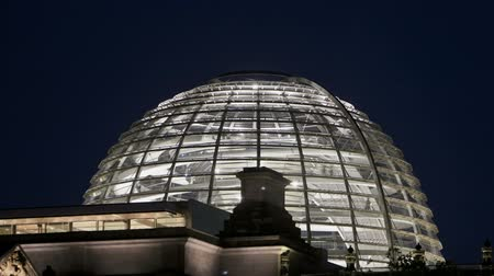 купол : Time lapse of the Glass Dome German Reichstag in Berlin during twilight Стоковые видеозаписи