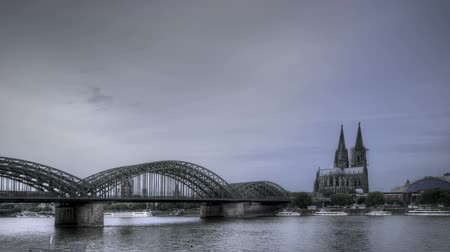 europeu : HDR Time lapse Riverside view of the Cologne Cathedral and railway bridge over the Rhine river, Germany