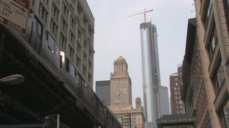 fondo plateado : Tren elevado en Chicago Archivo de Video
