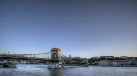 budapeste : Timelapse of the Budapest Chain Bridge and Danube River from twilight to night