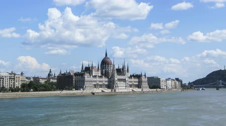 budapeste : Time lapse of the Hungarian parliament in Budapest, Hungary with blue sky and clouds passing by Vídeos