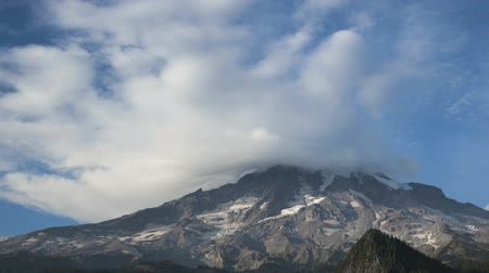 doruk : Timelapse of clouds passing the peak of Mt Rainier  Stok Video