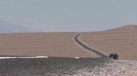 dumanlı sis : Car passing on a Highway winding through the Desert with heat haze on the pavement
