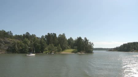 takımadalar : Passing by seascape and little islands next to Helsinki with boats and houses
