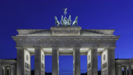 almanca : 4K Time lapse zoom out of Brandenburg Gate at sunset with twilight and the Quadriga on top of the gate in Berlin Stok Video