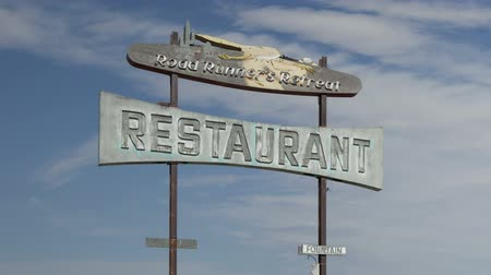 útjelzés : Time lapse extreme close up zoom out of abandoned vintage restaurant and sign on historic Route 66, California, USA