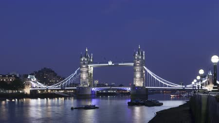 Лондон : 4K Time lapse zoom out of the famous Tower Bridge, London, England in the evening during twilight