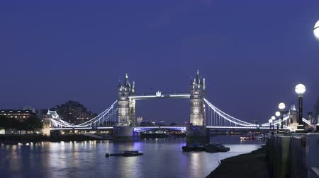 капитал : 4K Time lapse zoom in of the famous Tower Bridge, London, England in the evening during twilight