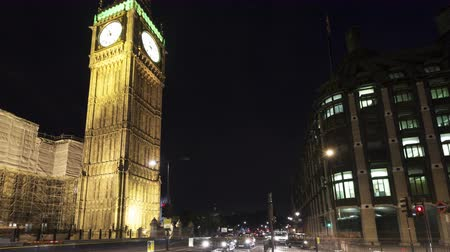londra : LONDON, ENGLAND - JUL 04, 2010: 4K Time lapse traffic in front of Big Ben and House of Parliament in London at nighttime
