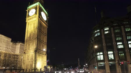 londra : LONDON, ENGLAND - JUL 04, 2010: 4K Time lapse tilt shot moving down of traffic in front of Big Ben and House of Parliament in London at nighttime