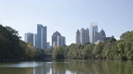 государство : 4K Time lapse zoom out Skyline of downtown Atlanta, Georgia from Piedmont Park Стоковые видеозаписи