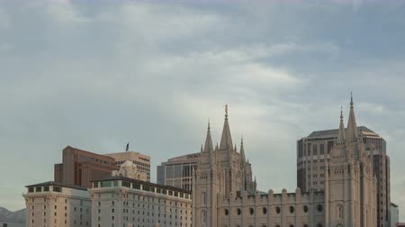 sůl : SALT LAKE CITY, UTAH, USA - MAY 29, 2014: 4K Time lapse tilt shot down from sky to building of the Mormon Temple in Salt Lake City, Utah before sunset with clouds passing by Dostupné videozáznamy