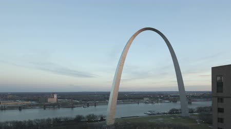 porta de entrada : 4K Time lapse zoom in Gateway Arch St. Louis and Mississippi River wide view during twilight elevated view with ship traffic