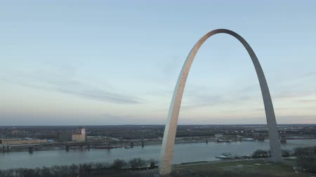 porta de entrada : 4K Time lapse Gateway Arch St. Louis and Mississippi River during twilight elevated view with ship traffic