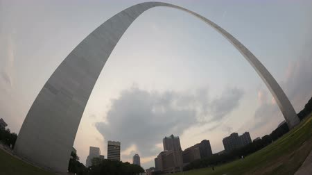 porta de entrada : St. LOUIS, MS, USA - JUL 7, 2011: 4K Time lapse Gateway Arch St. Louis and Mississippi River during twilight fisheye view
