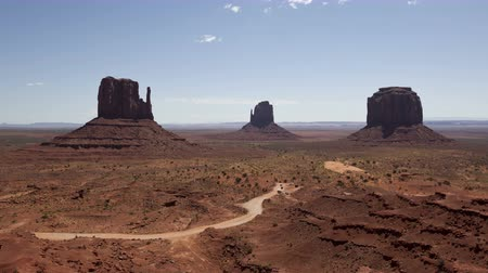 occidente : 4K Lasso diminuire turista di entrare Monument Valley in una giornata di sole Filmati Stock