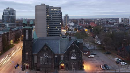 kanadai : 4K Time lapse sunrise aerial view of Bloor Street United Church in Toronto, Canada Stock mozgókép