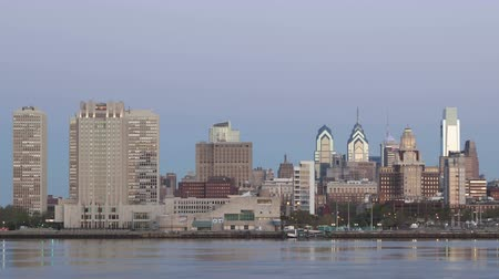 philadelphie : PHILADELPHIA, PA, USA - APR 28, 2014: 4K Time lapse close up of Philadelphia Skyline at dawn with twilight and a cargo ship crossing on Delaware River Dostupné videozáznamy