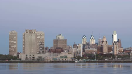 philadelphie : PHILADELPHIA, PA, USA - APR 28, 2014: 4K Time lapse zoom out of Philadelphia Skyline at dawn with twilight and a cargo ship crossing on Delaware River