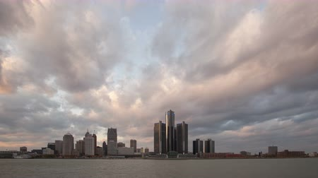 набережная : DETROIT, USA - NOV 07, 2013: 4K Time lapse zoom out of Detroit city waterfront and skyline at sunset in twilight with clouds passing by